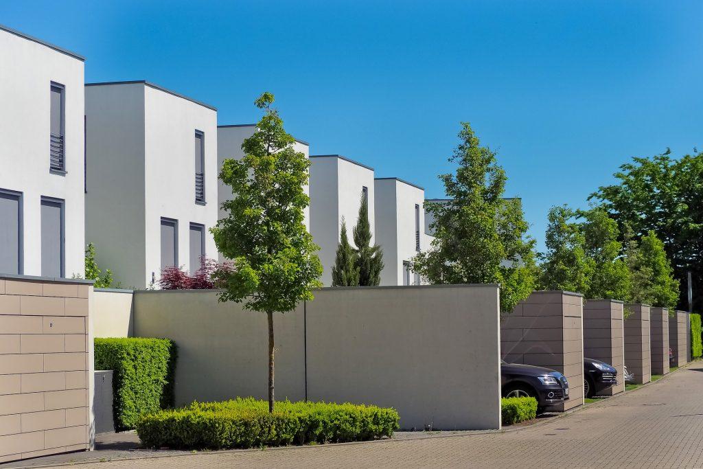 Petites maisons modernes dans une allée verdoyante